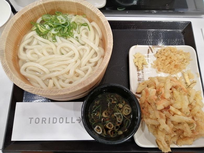 丸亀製麺 釜揚げうどん並サイズと野菜のかき揚げ