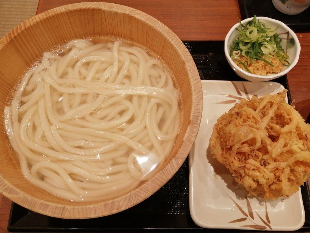 丸亀製麺 釜揚げうどん特サイズと野菜かき揚げ