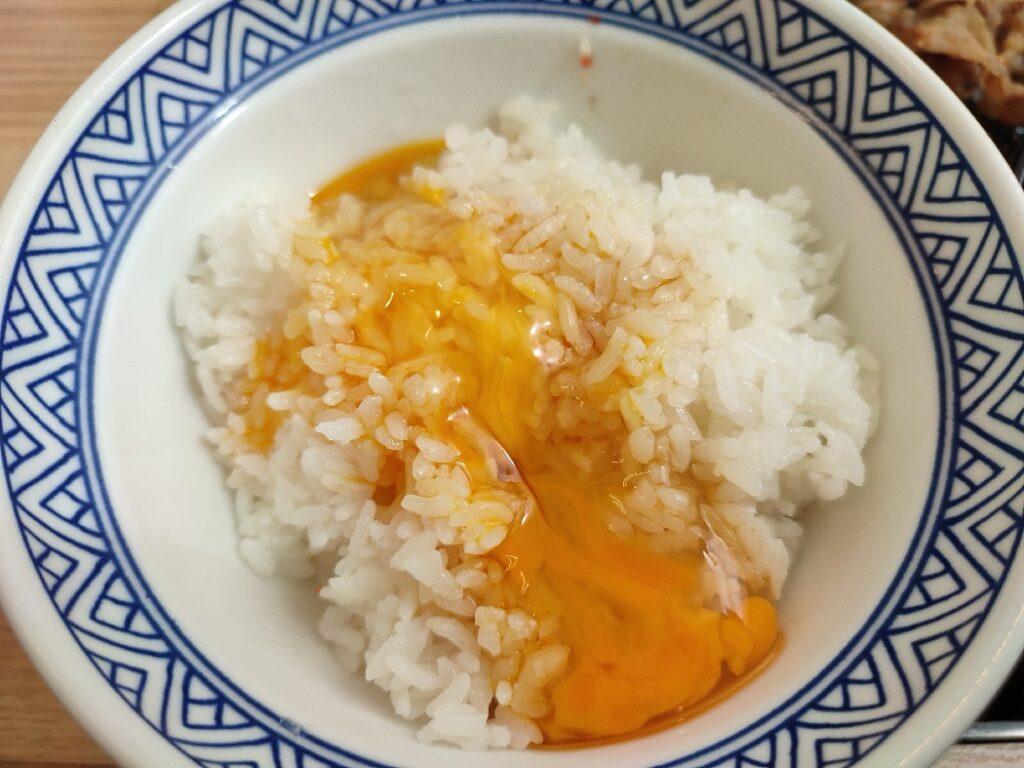 吉野家で卵かけご飯(牛皿定食)